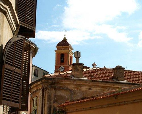 路地から見上げた教会の鐘楼