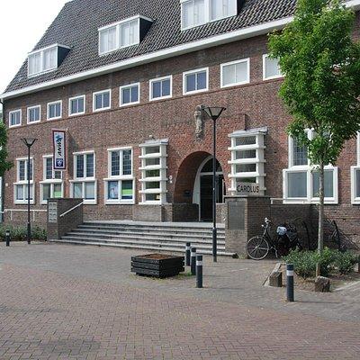 Het museum is gevestigd in een zijvleugel van het CAROLUS gebouw.