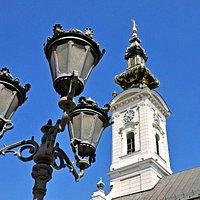 De torenspits en een voorbeeld van de straatverlichting