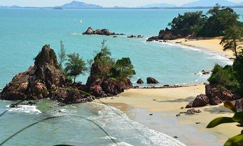 un aperçu idyllique des plage de la piscine zen