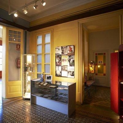 Conserva el encanto y elegancia de los pisos tradicionales: suelo de mosaico, molduras de yeso..