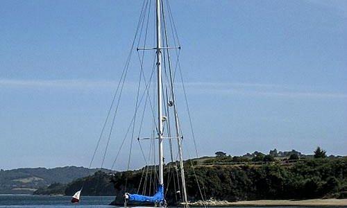 El Dawn Treader y la lancha de desembarco en Fuerte Ahui