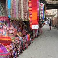 Hier zit ook een 'no hassel' textiel en sjaal verkoper