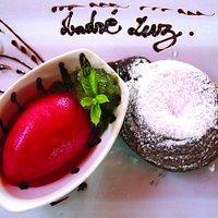 Couland de chocolate fluido con frambuesa y granizado de albahaca