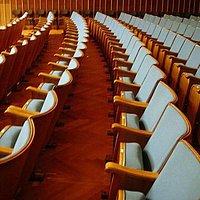 Zuschauerreihen - spezielle Akustiksitze mit ähnlichen akustischen Eigenschaft