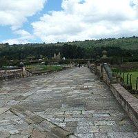 """Original-Straßenbelag"" der Puente del Comun"