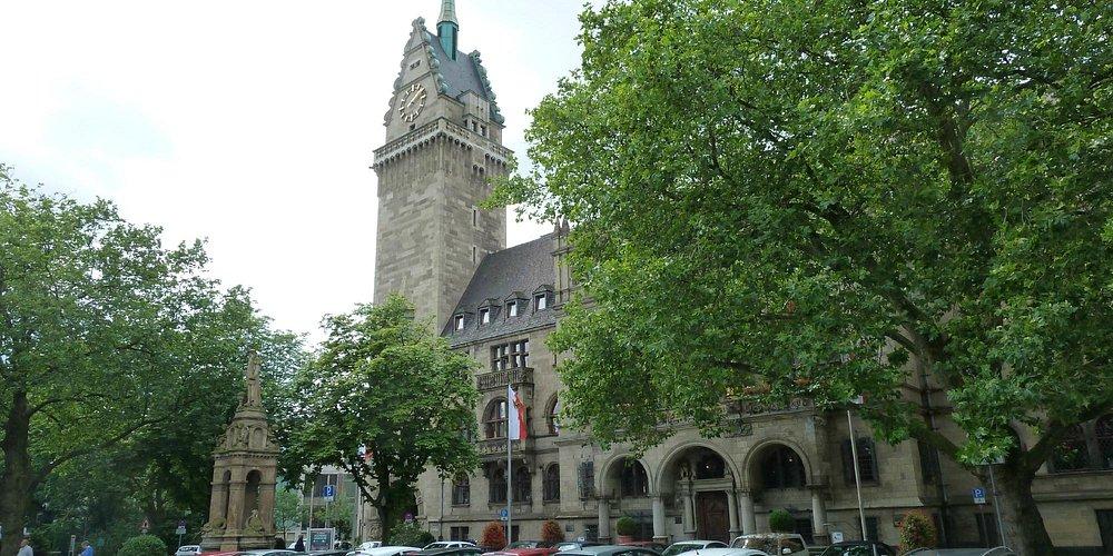 Nach dem Krieg erneuert, der 69 m hohe Turm. Rathaus am Burgplatz