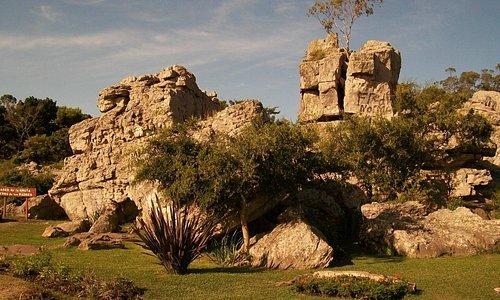 Rocas alrededor de la Gruta