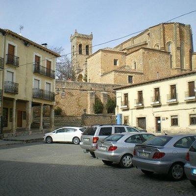Iglesia del Salvador desde la plaza. Bajo los soportales un horno con una bollería espléndida.