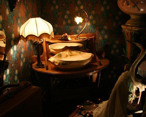 Настольная лампа и мебель