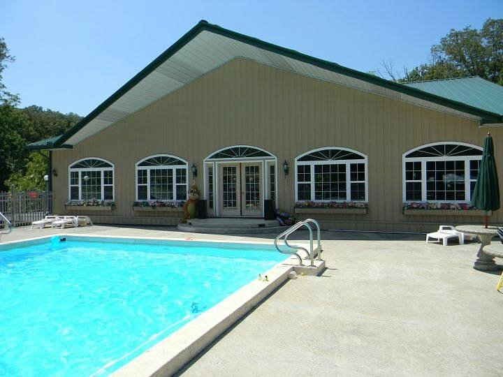Club House, pool, and hot tub - Picture of Show Me Acres