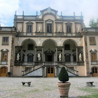 Front view of Villa Mansi