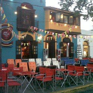 el frente del bar