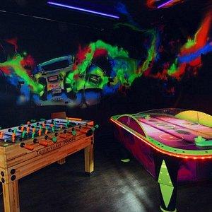 Games & Fun Room mit Kicker und Airhockey unter Schwarzlicht