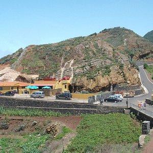 Widok ze wzgórza nad wioską na restaurację La Cueva
