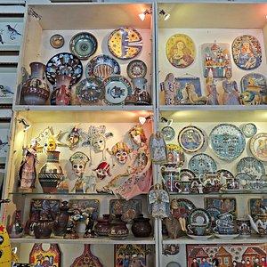 Сувениры выставочные экспонаты, фото сделаны с разрешения работников галереи