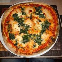 Pizza mit Schafskäse und Spinat
