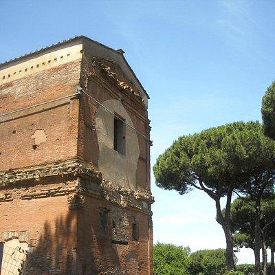 tombe via latina - tomba sopraelevata tra i pini