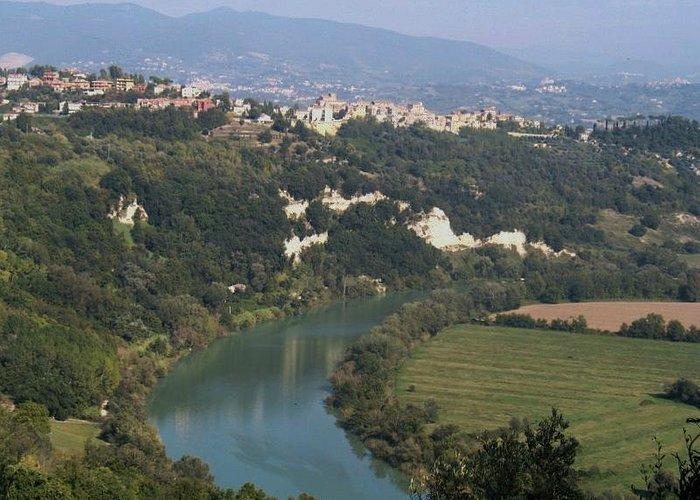 Torrita Tiberina - il paese visto dalla riserva naturale