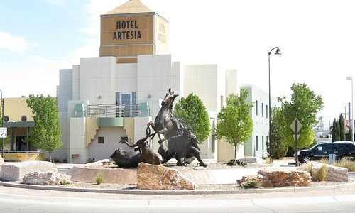 Front view of Hotel Artesia