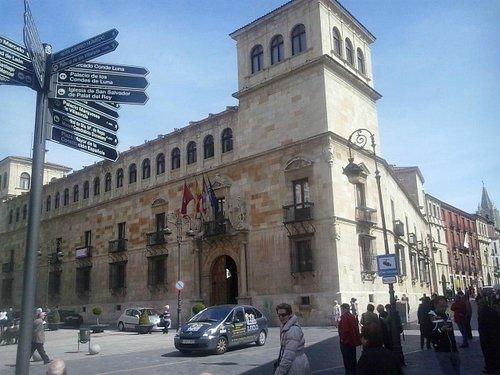 Vista general de la fachada principal