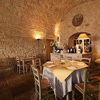 Sala con pavimento in pietra antica