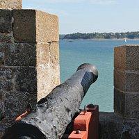 ce canon pointé vers  La Vicomté à Dinard symbolise peut-être la rivalité entre Dinardais et Mal