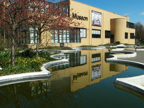 Museon outside with reflection