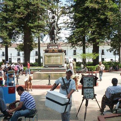 """Parque Caldas in Popayan mit dem """"Gelehrten"""" Caldas"""