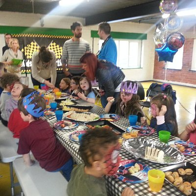 kids eating party food yum