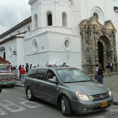 Leichenzug vor der Kirche