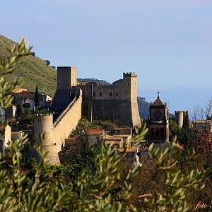 Il Castello Medievale di Itri ed il campanile del convento della Madonna di Loreto. Sullo sfondo