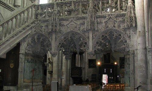 le superbe jube de pierre de Ste Madeleine : une dentelle