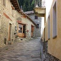 Entrata del ristorante lungo la via del borgo