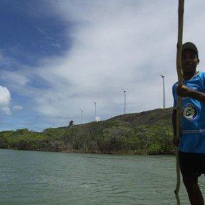 Varejando. Varejar é a atividade de navegar com canoa sem motor, só com uma vara.