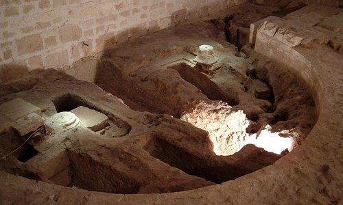 Resti della cripta romanica e tombe paleocristiane. - Early Christian tombs and Romanesque ruins