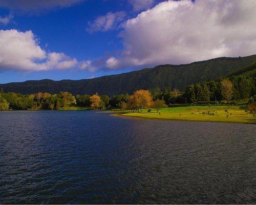 Zona para comer y descansar próximo al puente que separa ambos lagos