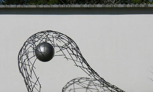 A mí me pareció una pelota deformando la red de un arco. No tenía título