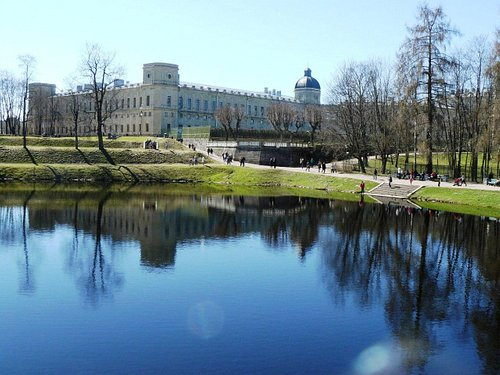 озеро в парке и дворец