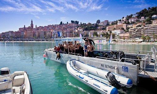Situé proche de la plage, embarquez à bord de notre barge de 32 plongeurs!