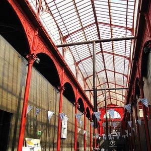 """El interior del mercado esta ocupado por una sala de exposiciones, etc """"cerrada"""" casi siempre"""