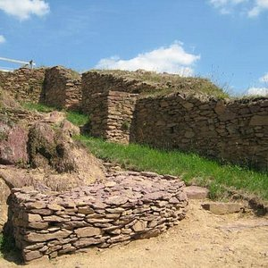 Mur et meurtrière de l'ancien château de Boutavent