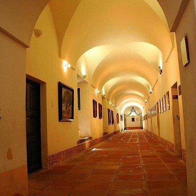 pasillos del interior del museo
