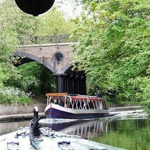 Crossing of narrow boats