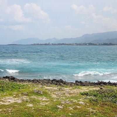 Im Hintergrund ist die große Schwesterinsel Oahu zu sehen