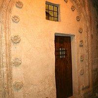 la piccola sinogoga con l'ingresso decorato con motivi floreali tipici ciqnuecenteschi