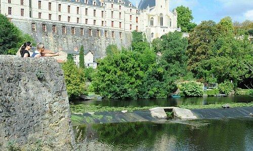 Le Château de Thouars et sa Collégiale surplombant le Thouet