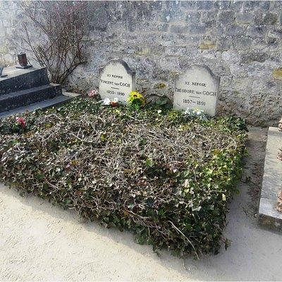 Tumbas de los hermanos Van Gogh, unidas como lo estuvieron en su vida.