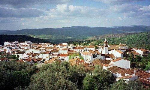 Cortelazor la Real es un precioso pueblecito de unos 300 habitantes enclavado en una  de las sie