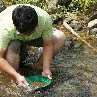 上級者コースは川で砂金採り
